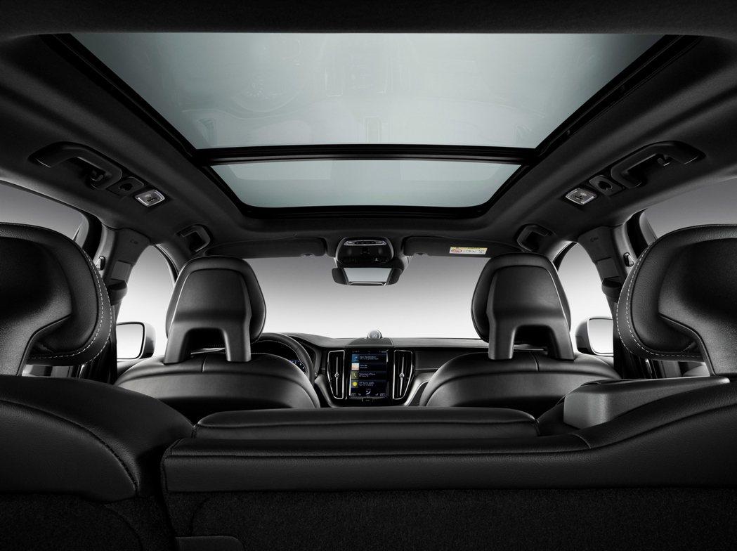 全新年式 XC60 更為精進,入門 Momentum 車型以上將全景電動天窗列為...