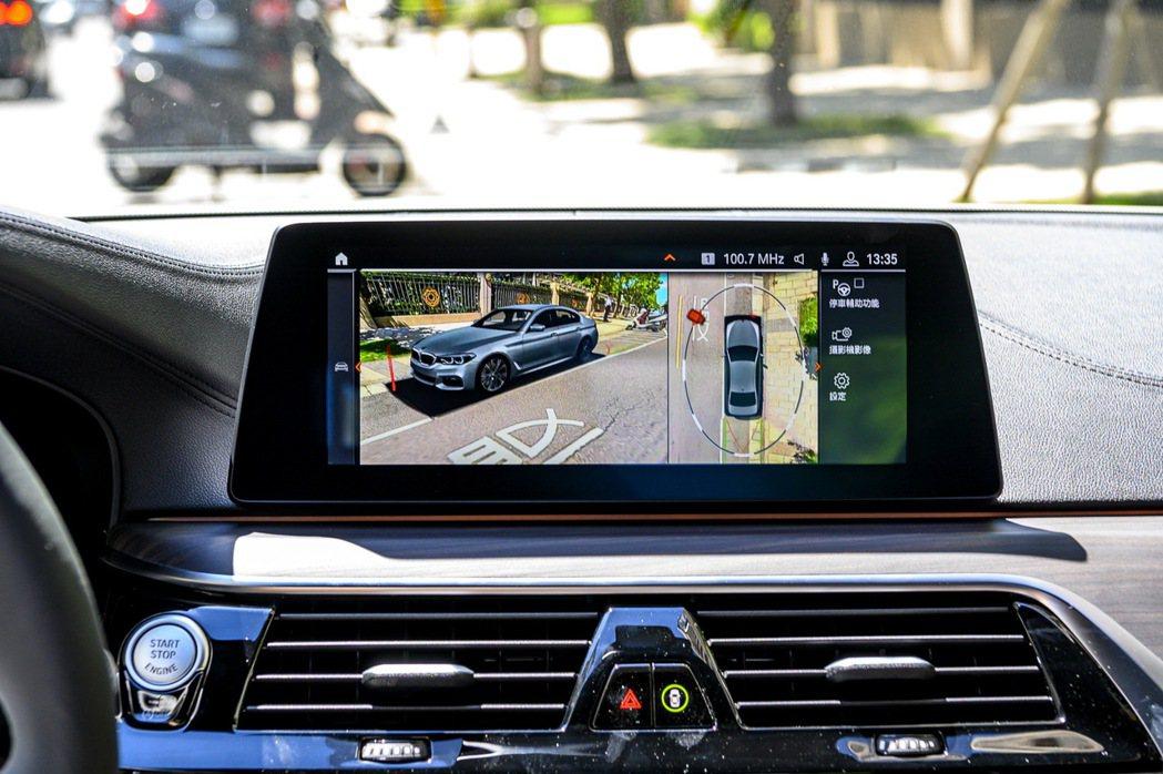 全面標配360度環景輔助攝影使車主在停車、倒車時皆可擁有零死角、全方位的視野範圍...
