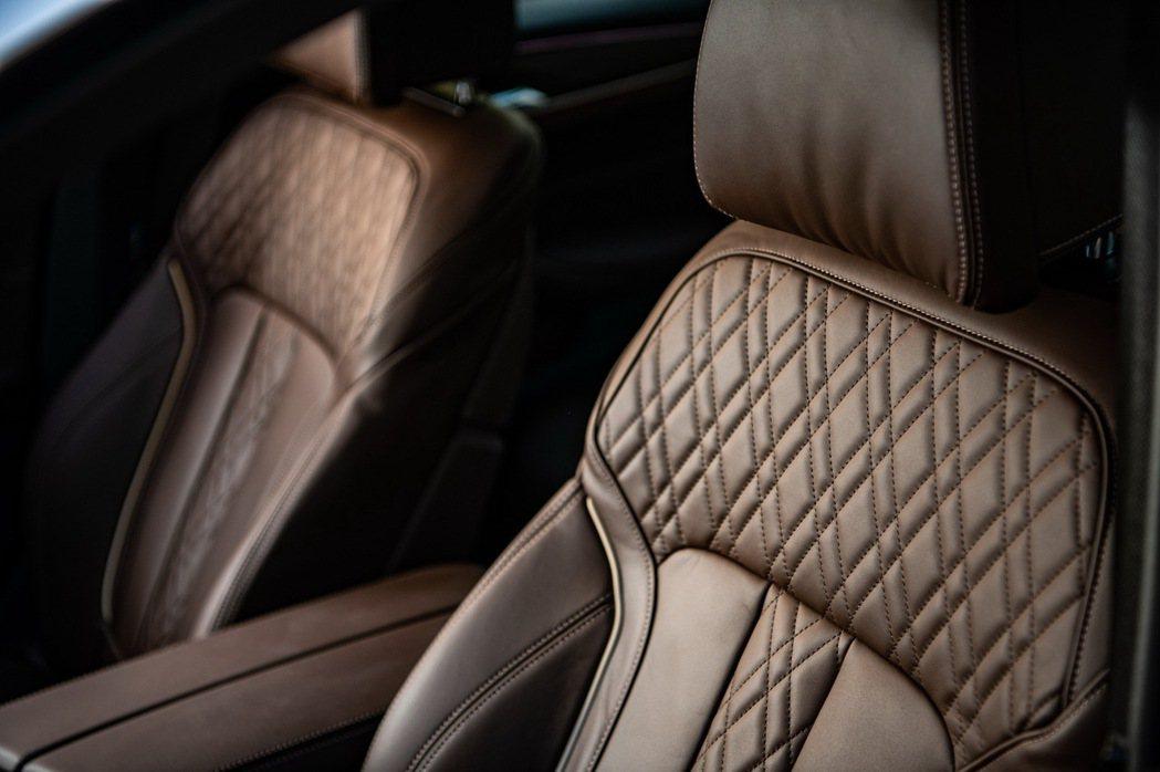 全新BMW 530i白金旗艦版更升級Nappa真皮內裝搭配菱格紋縫線,塑造出豪華...