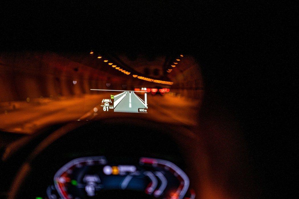 全新BMW 520i、530i白金旗艦版標準配備全彩車況抬頭顯示器,大面積的投影...