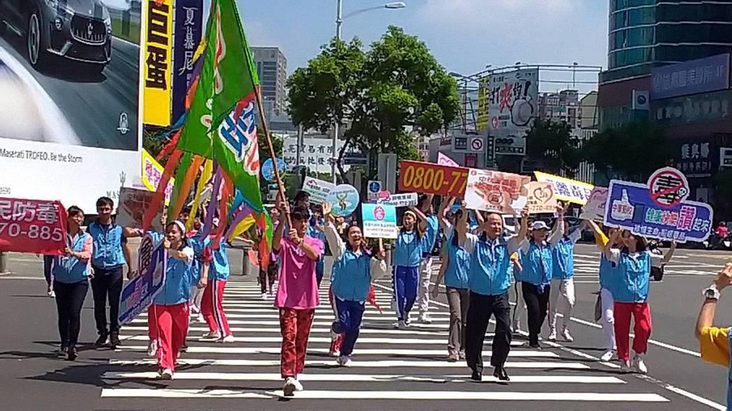 今天是國際反毒日,高雄市毒防局特別邀請中華藝校團隊,在巨蛋前廣場透過快閃舞蹈與走...