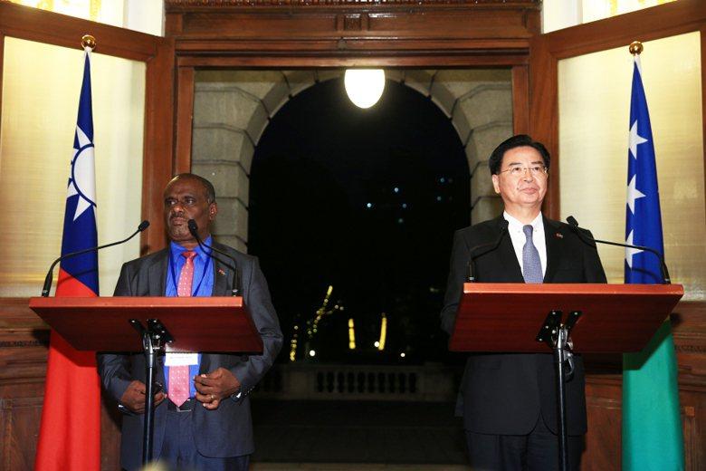 外交部長吳釗燮(右)與索羅門外交部長長馬內列(左)9日舉行媒體見面會。 圖/聯合報系資料照