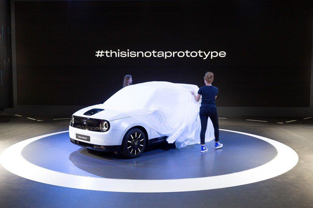 全新Honda e在法蘭克福車展上正式發表,背板螢幕還打上「這不是輛原型車」。 ...