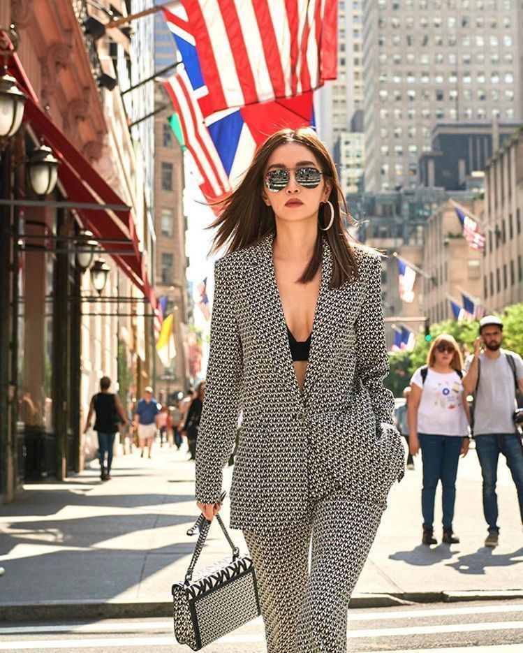 「姐姐」謝金燕自從開始經營社群媒體後,人氣越來越高,她也越來越受時尚品牌的青睞,...