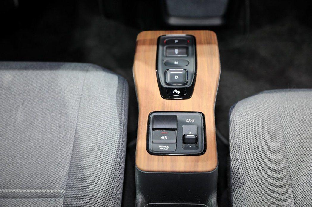 Honda e採用電子換檔按鈕與電子手剎車。 摘自Carscoops