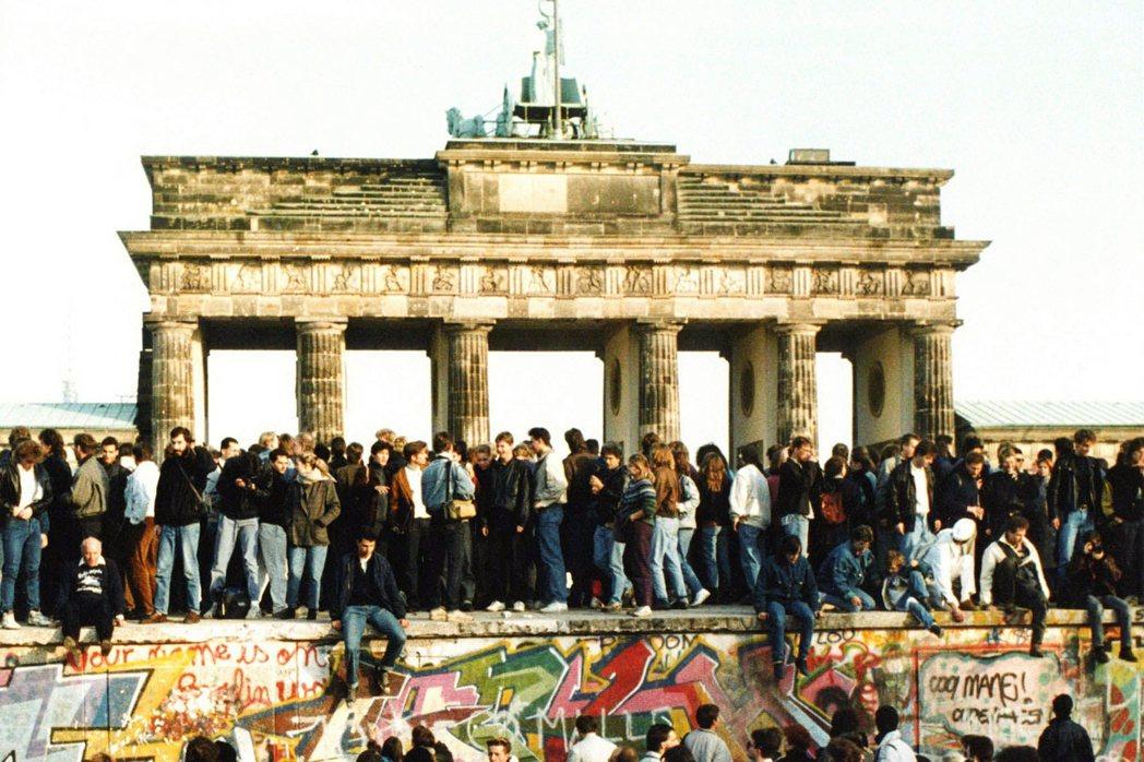 1989年柏林圍牆倒下,隔年兩德統一。但30年後,德東人的「次等公民」感卻隨著極...