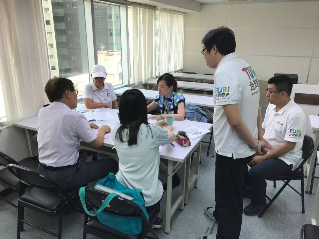 花蓮文創商旅業者與台灣都更花東加盟公司委請法院民間公證人簽約公證。 台灣創新都更...