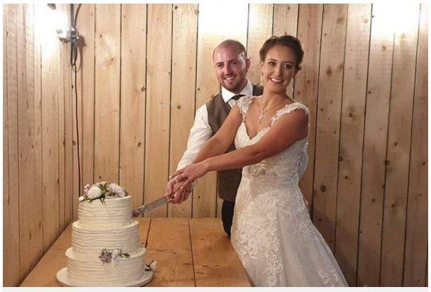 英國一對剛結婚的新人,還沒來的及享受兩人蜜月時光,禮金、禮車、證書全被偷。圖擷自...