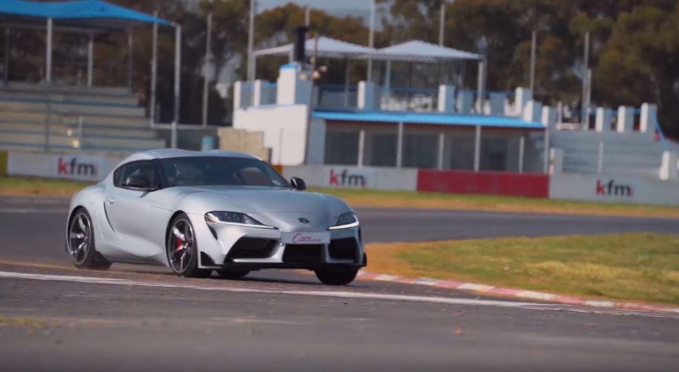 Supra純種跑車的低重心讓殺彎更加俐落。 截圖自Cars.co.za影片