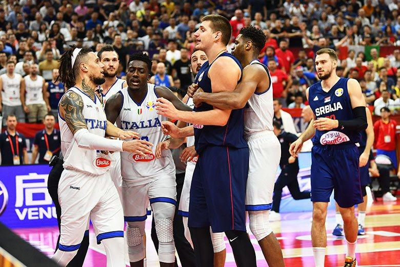 約柯奇(右三)在今年NBA季後賽帶領金塊跟馬刺、拓荒者各苦戰7場已是非常辛苦,在...
