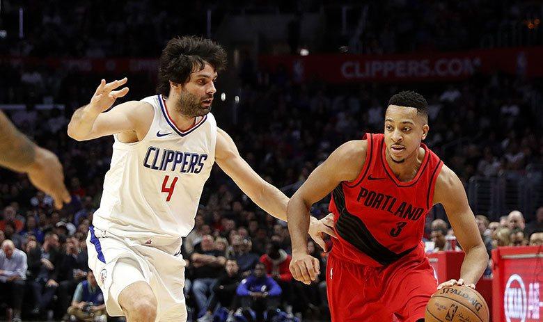 特奧多西奇(左)在NBA嚴重適應不良,但他是塞爾維亞主力控衛並且擔任隊長,才是球...