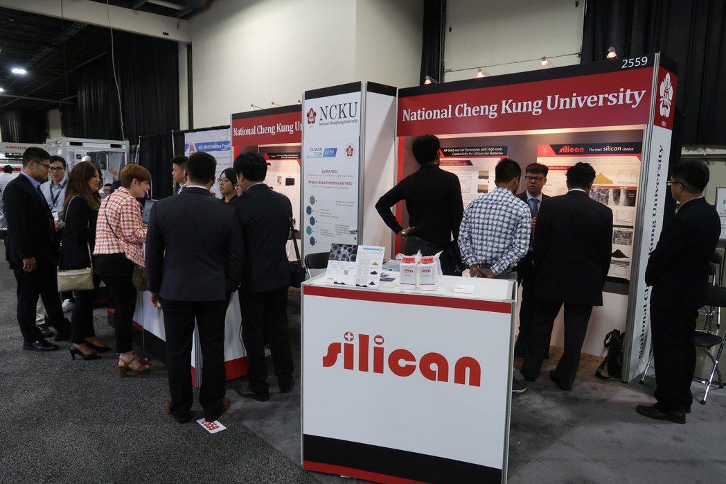 成大國際產學聯盟帶領校內技術團隊,參與北美國際電池及技術展覽會,吸引不少國內外廠...
