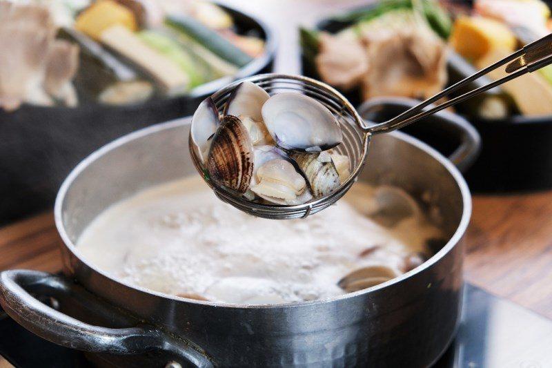 ▲煮完蛤蜊後湯底變得更鮮甜,拿來煮海鮮或肉類都很夠味