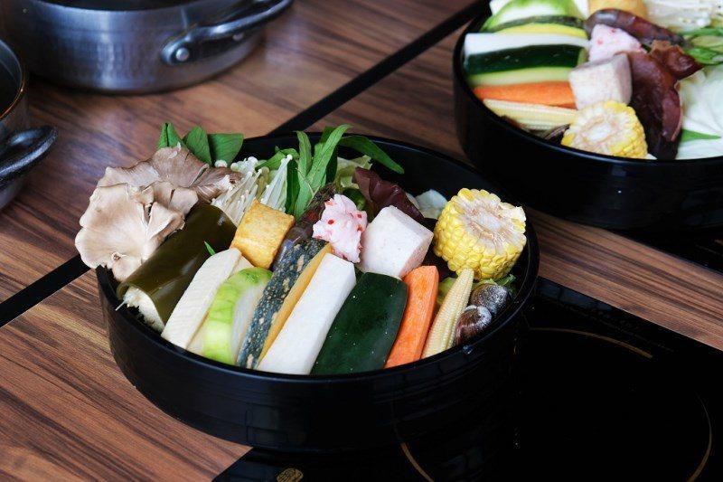 ▲套餐菜盤上都以新鮮食材為主,較少人工火鍋料,健康也是【宇良食】很注重的部分