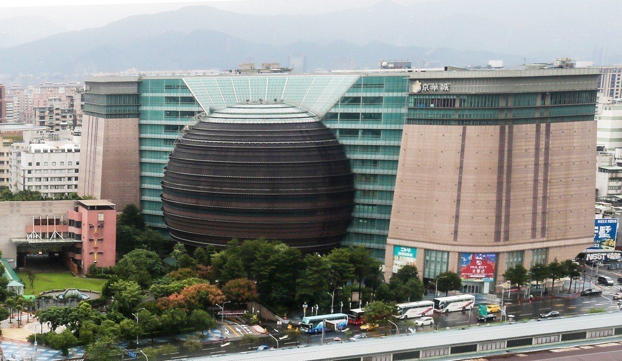 將四度公開標售的京華城,內部已有不少廠商撤櫃。(報系資料照片)
