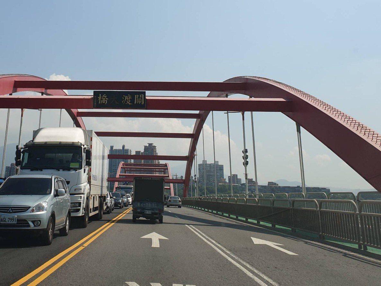 新北淡水的關渡大橋使用長達36年,八里往淡水方向的關渡大橋4個字搖搖欲墜變「關渡...
