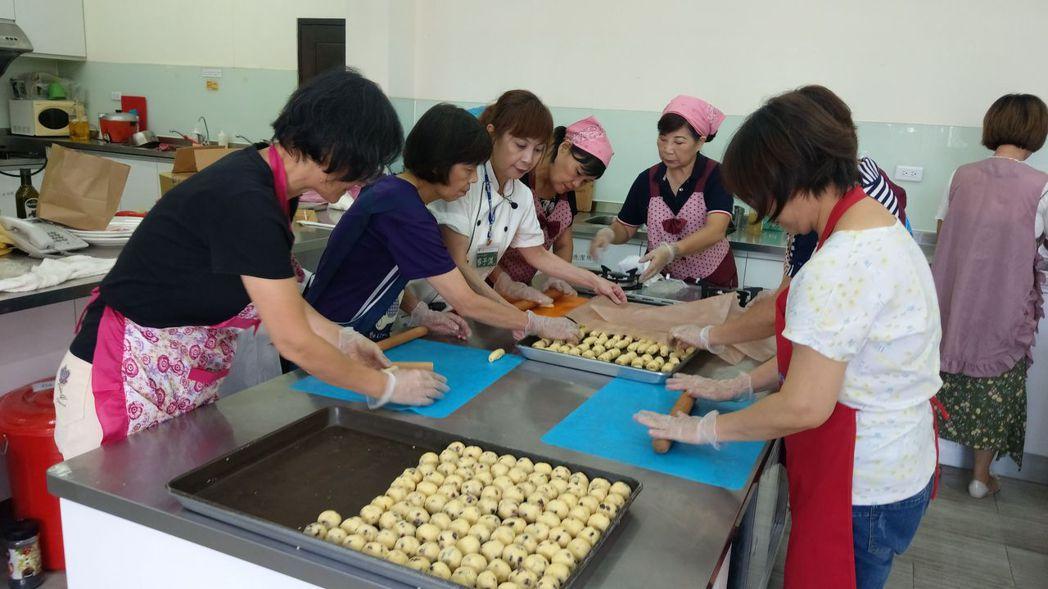 童庭基金會經營的種子手作坊,咖啡廳內的甜點,也出自於「高年級生」手筆。 記者趙容...