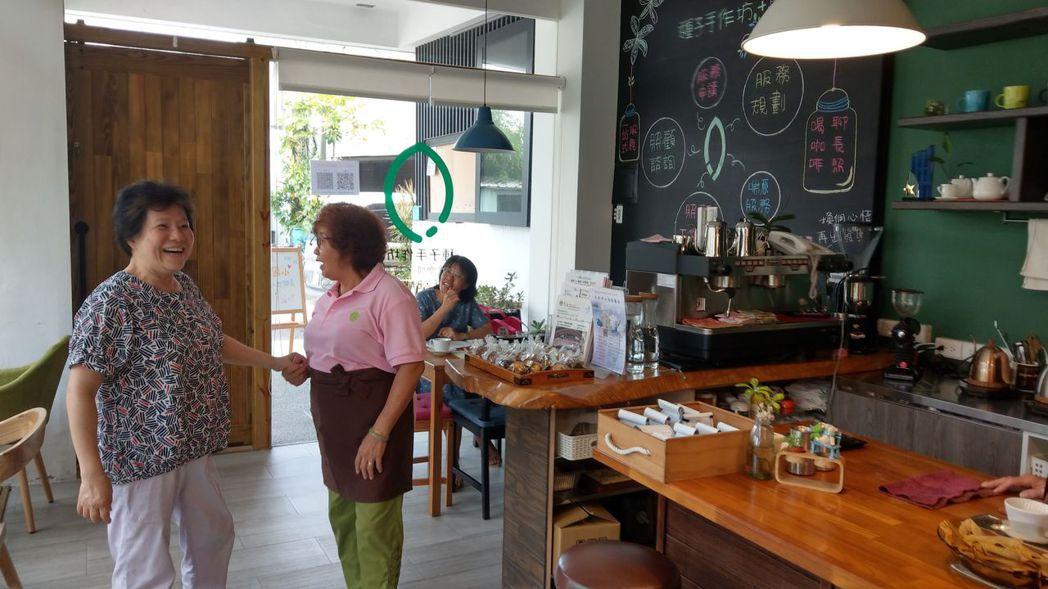 種子手作坊咖啡館服務生何正子(中),很開心老朋友(左)到咖啡館找她聊天、敘舊。 ...
