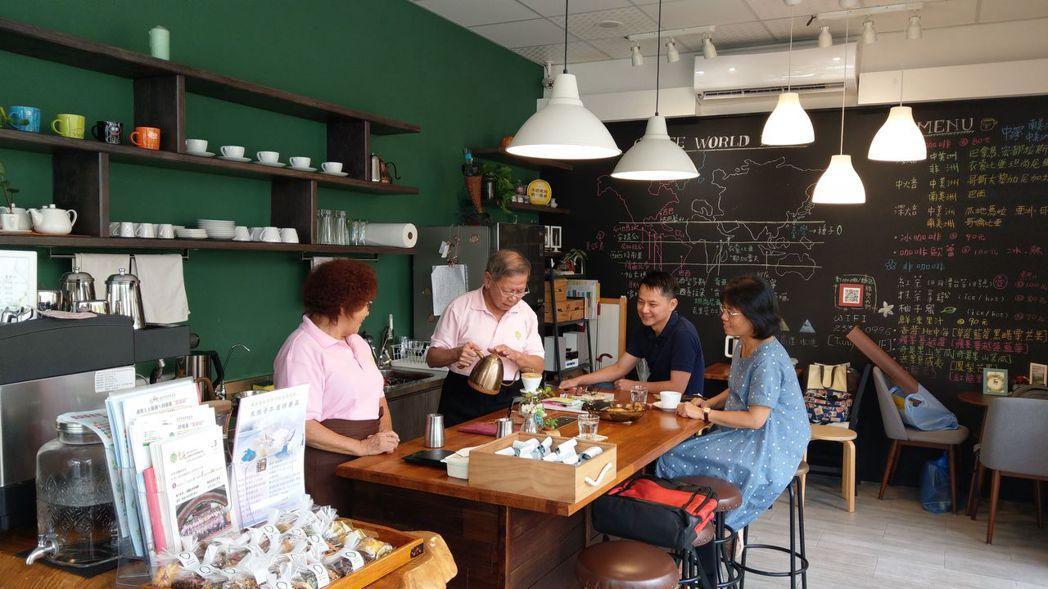 童庭基金會經營的種子手作坊,其中美美的咖啡廳,從布置,到咖啡手、服務生駐店,到甜...