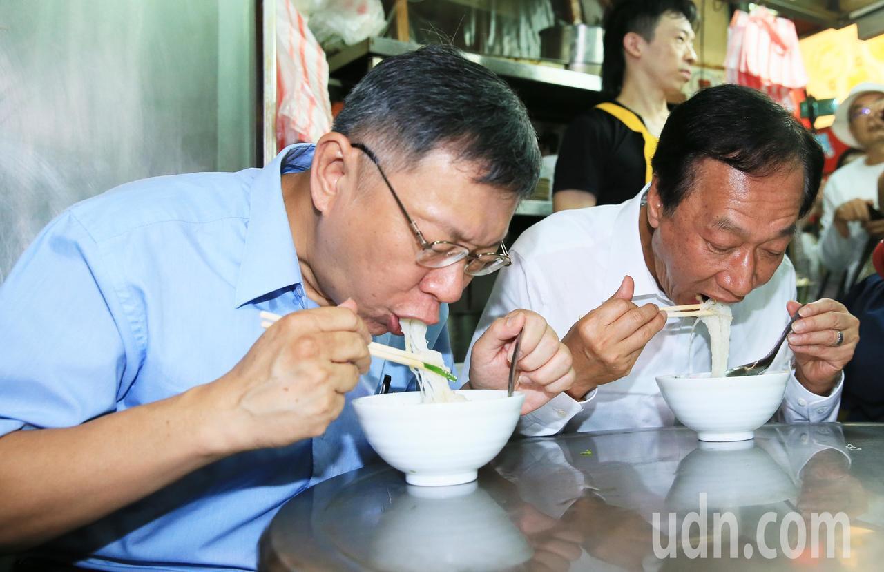 鴻海創辦人郭台銘(右)與台北市長柯文哲(左)一起吃米粉。記者潘俊宏/攝影