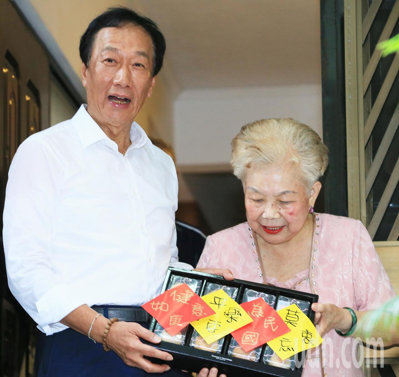鴻海創辦人郭台銘(左)帶著16字的月餅拜訪柯媽媽(右)。記者潘俊宏/攝影