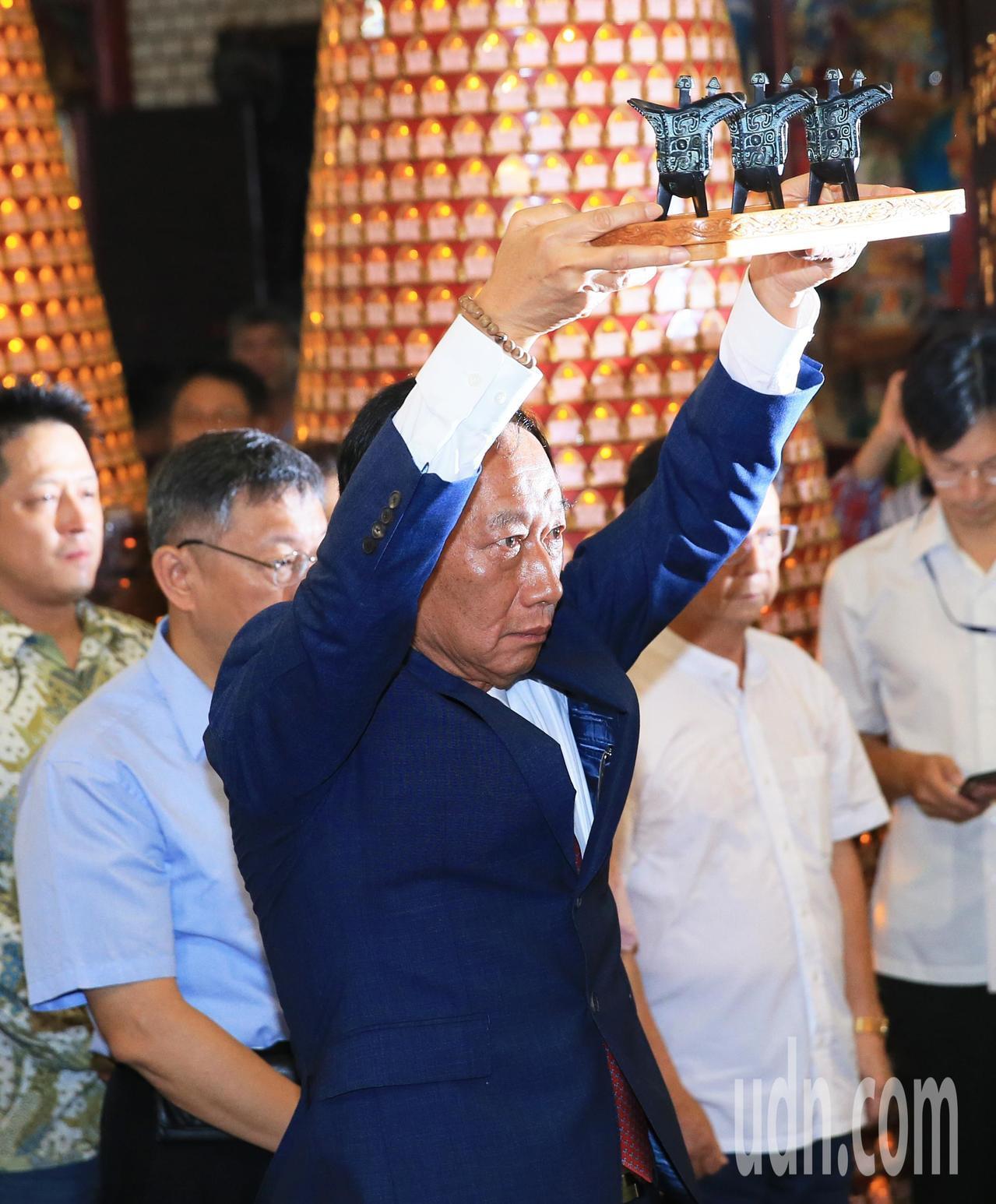 鴻海創辦人郭台銘(左二)與台北市長柯文哲(左)一早參拜新竹城隍廟。記者潘俊宏/攝...