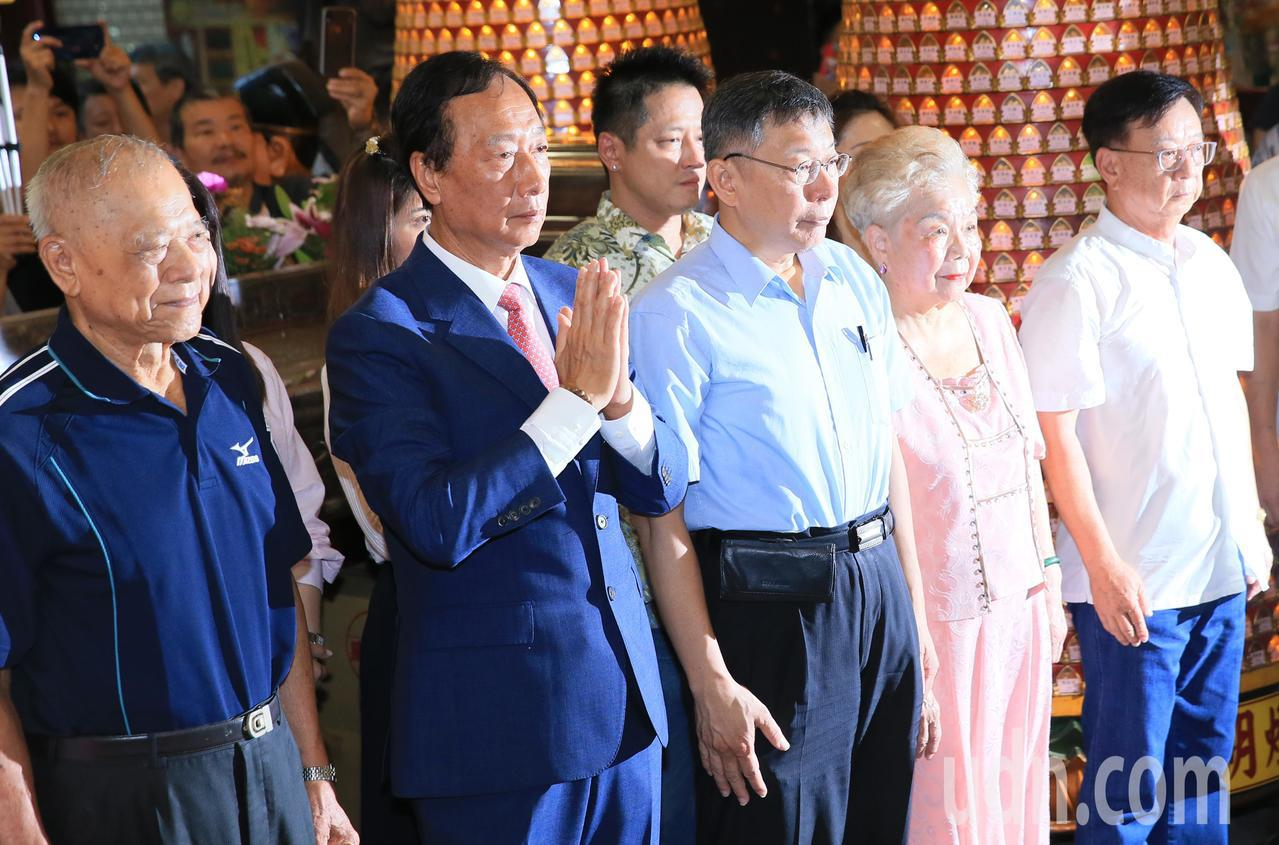 鴻海創辦人郭台銘(左二)與台北市長柯文哲(中)一早參拜新竹城隍廟。記者潘俊宏/攝...