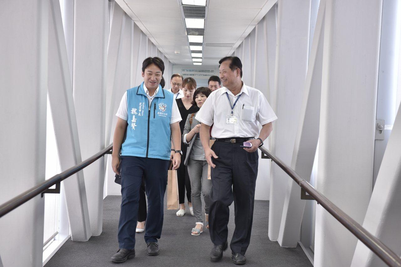 花蓮市長魏嘉賢(左)昨與韓國蔚山廣域市人員,到花蓮航空站,討論包機直航細節。圖/...