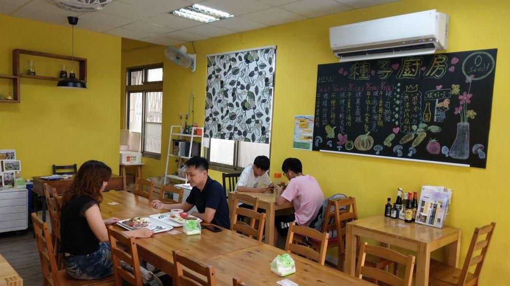 童庭基金會社區廚房「種子廚房」,不但提供老人送餐服務,社區民眾也能消費,盈餘回饋...
