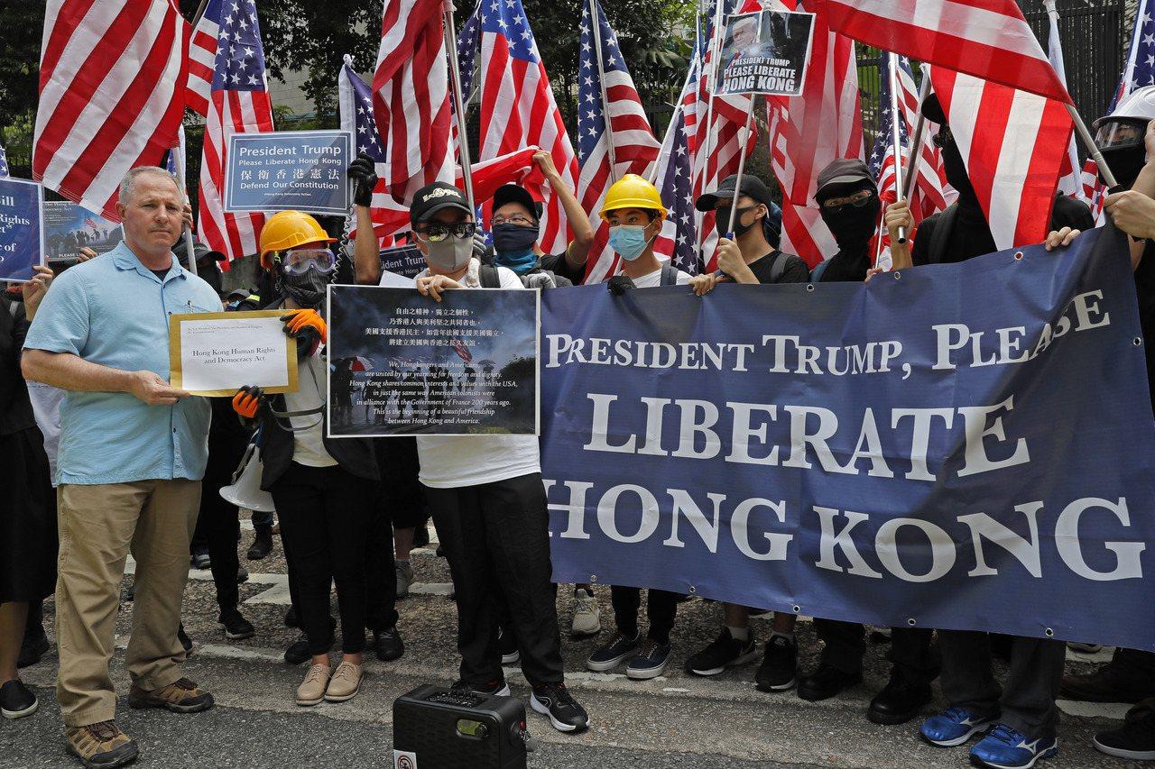美參議員要求重新評估對香港的出口規定。圖為香港民眾8日前往美國駐港總領事館向川普...