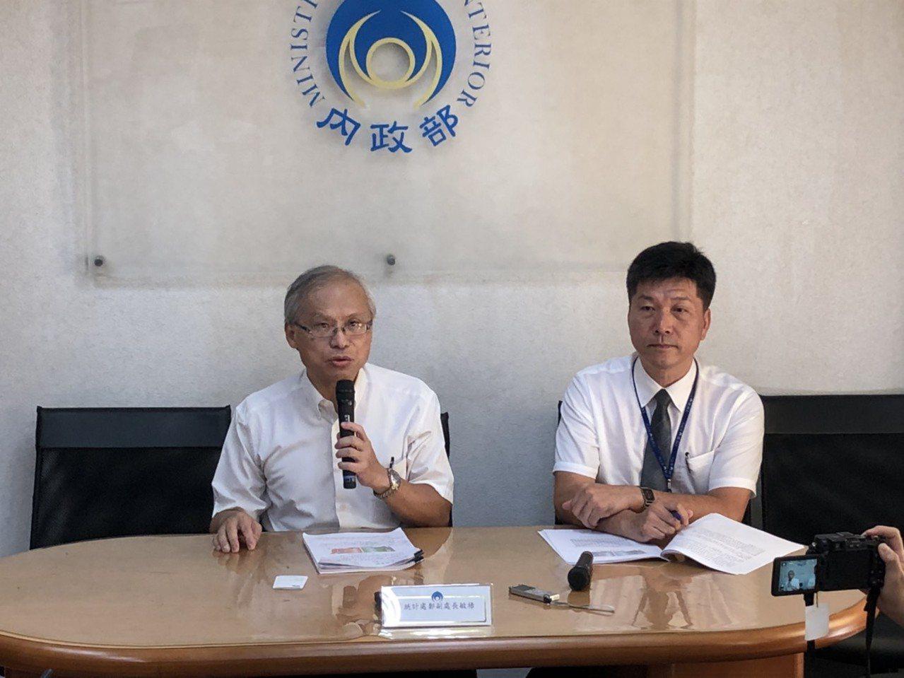 內政部統計處副處長鄭敏祿(左)。記者賴于榛/攝影