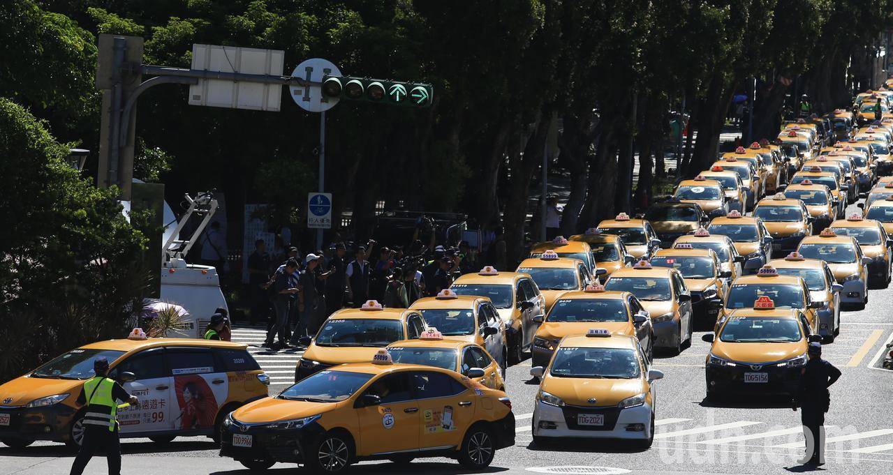 反對Uber非法營業藉故延長效期,計程車駕駛上午以慢行圍繞方式,造成行政院周邊交...