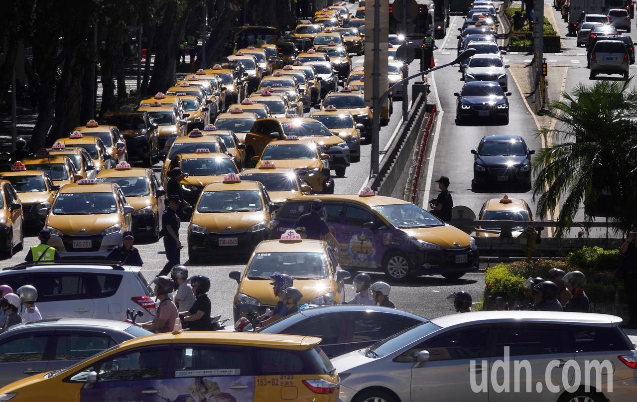 反對Uber非法營業藉故延長效期,計程車駕駛上午以慢行的方式,造成行政院周邊交通...