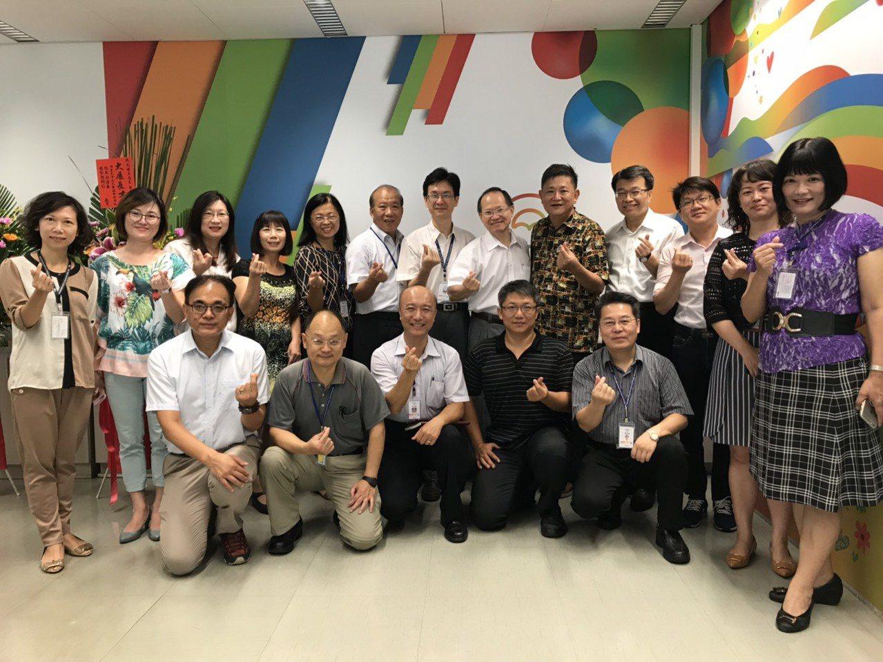 台中市社會局長彭懷真(後右五)今天正式走馬上任,他寫了一封信給自己,「61歲離開...