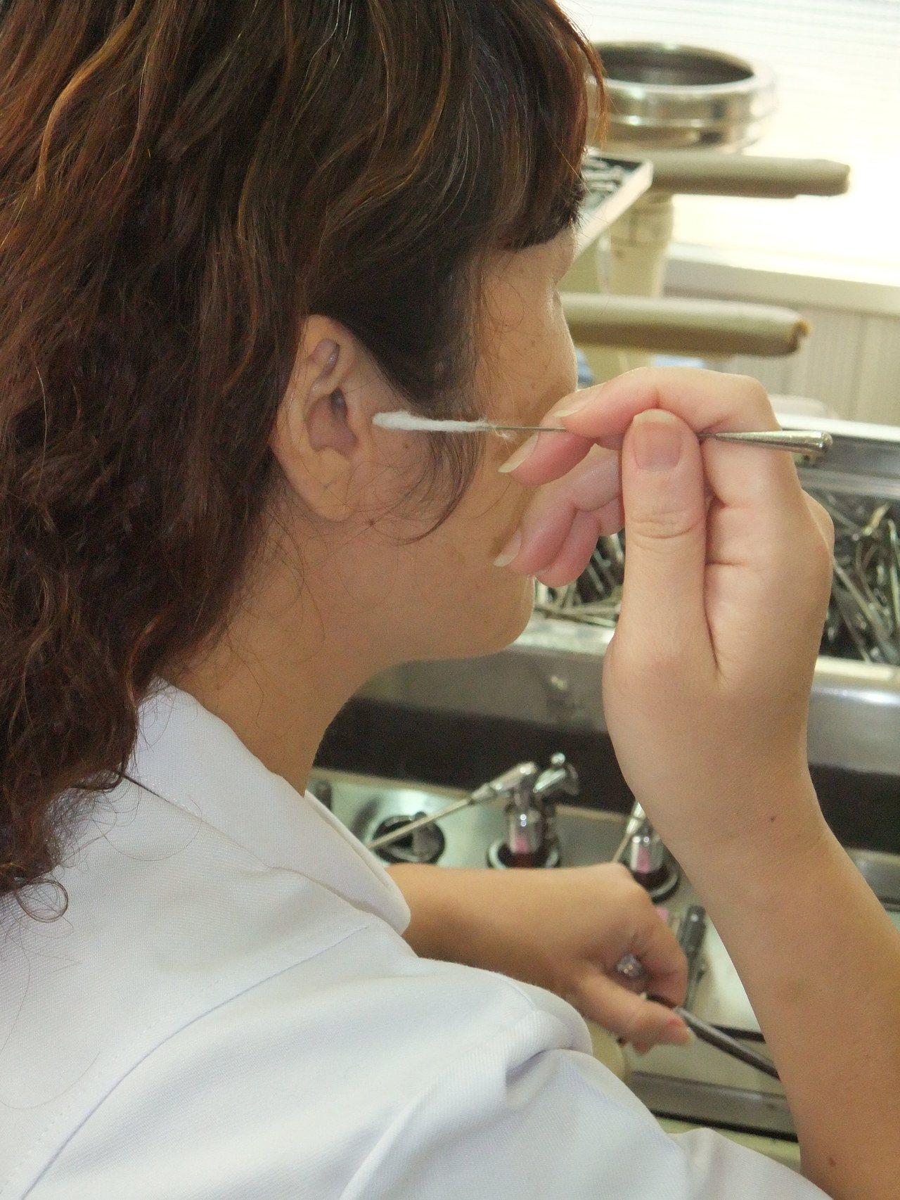咳嗽未必是肺部或氣管出問題,也有可能與經常「掏耳朵」有關。圖非新聞當事人。本報資...