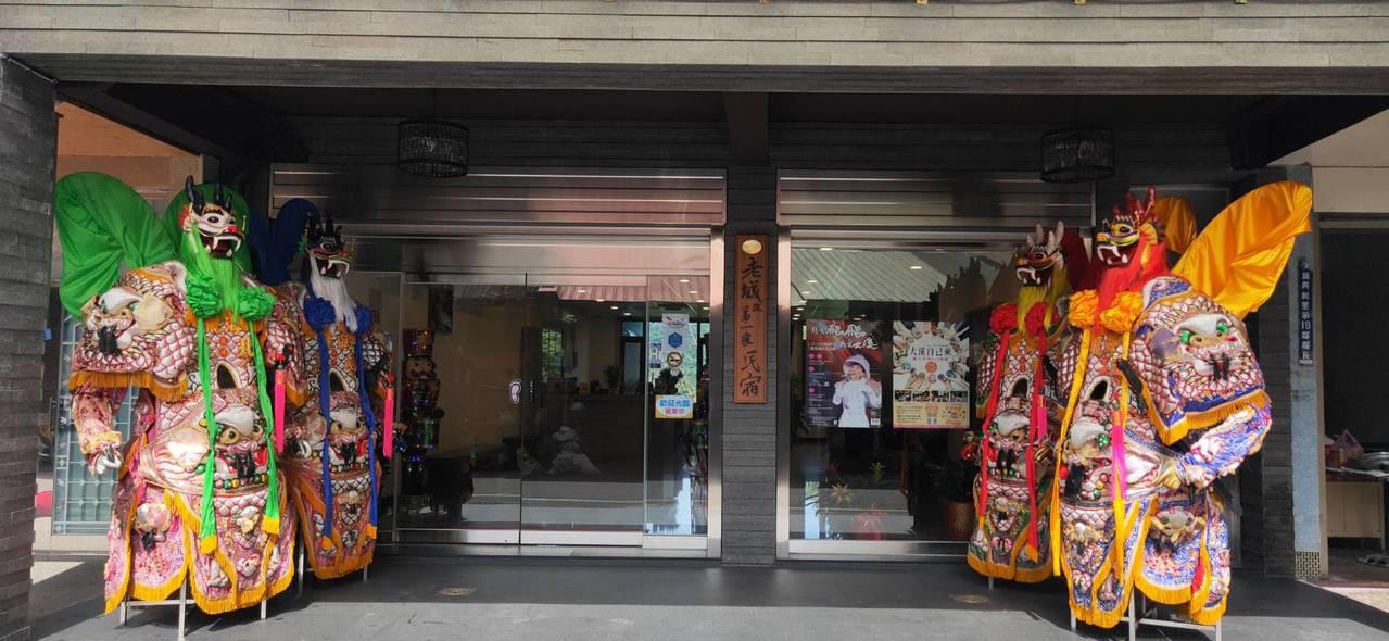 四季行館外觀布置大仙尫表現地方文化特色。圖/桃園市觀光旅遊局提供