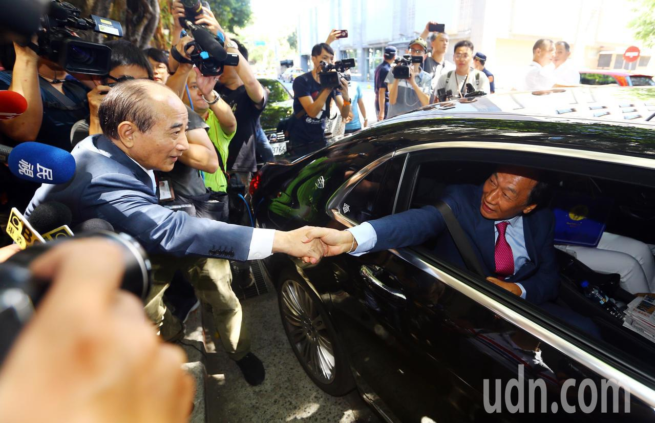 王金平送郭台銘上車後,還留在原地與郭握手、揮手道別。記者杜建重/攝影