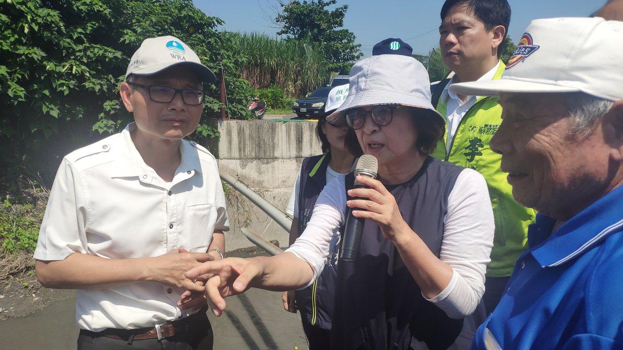 立委蘇治芬(中)今天邀請到水利署長賴建信(左)到場會勘。記者李京昇/攝影