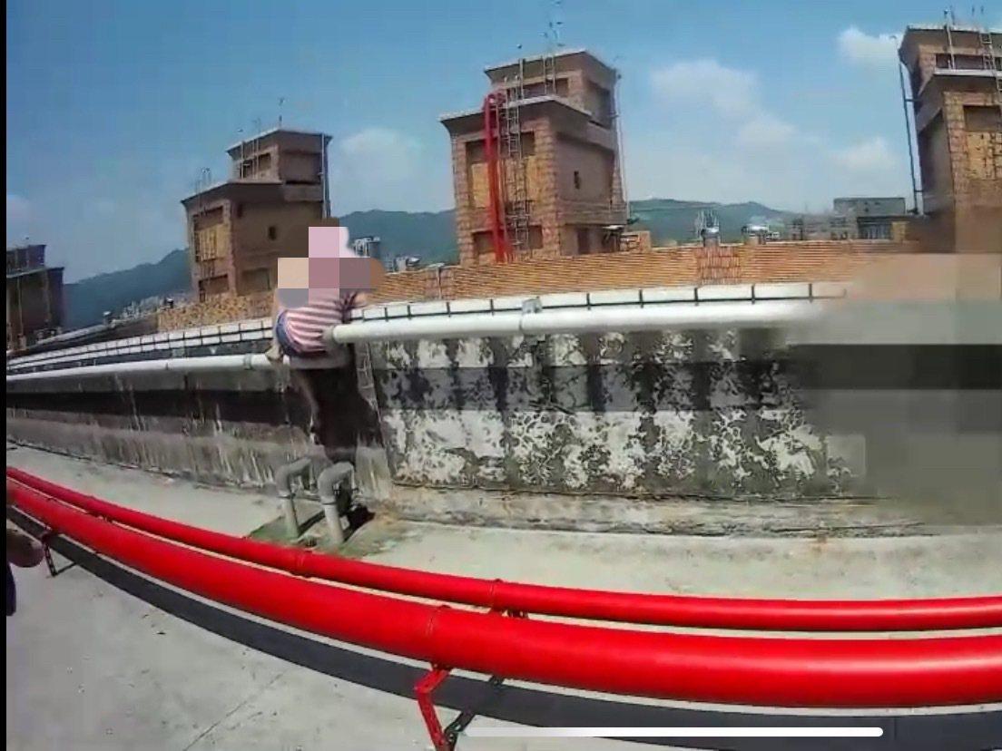 被另一半趕出家門,女子心碎欲絕想跳樓,關鍵時刻被員警救下。記者巫鴻瑋/翻攝