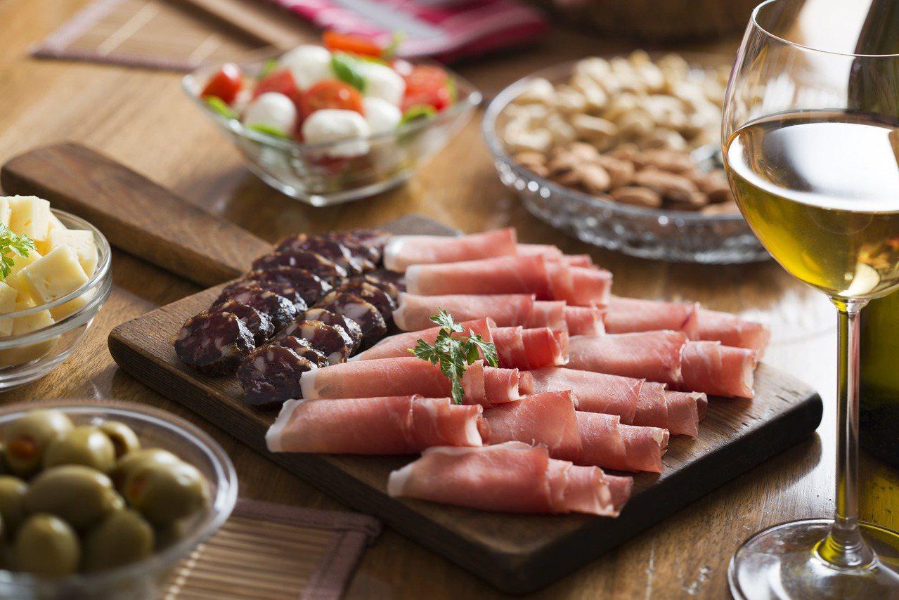 大山洋行J-Deli火腿臘腸專賣店有侍肉師協助顧客製作拼盤。圖/大山洋行提供