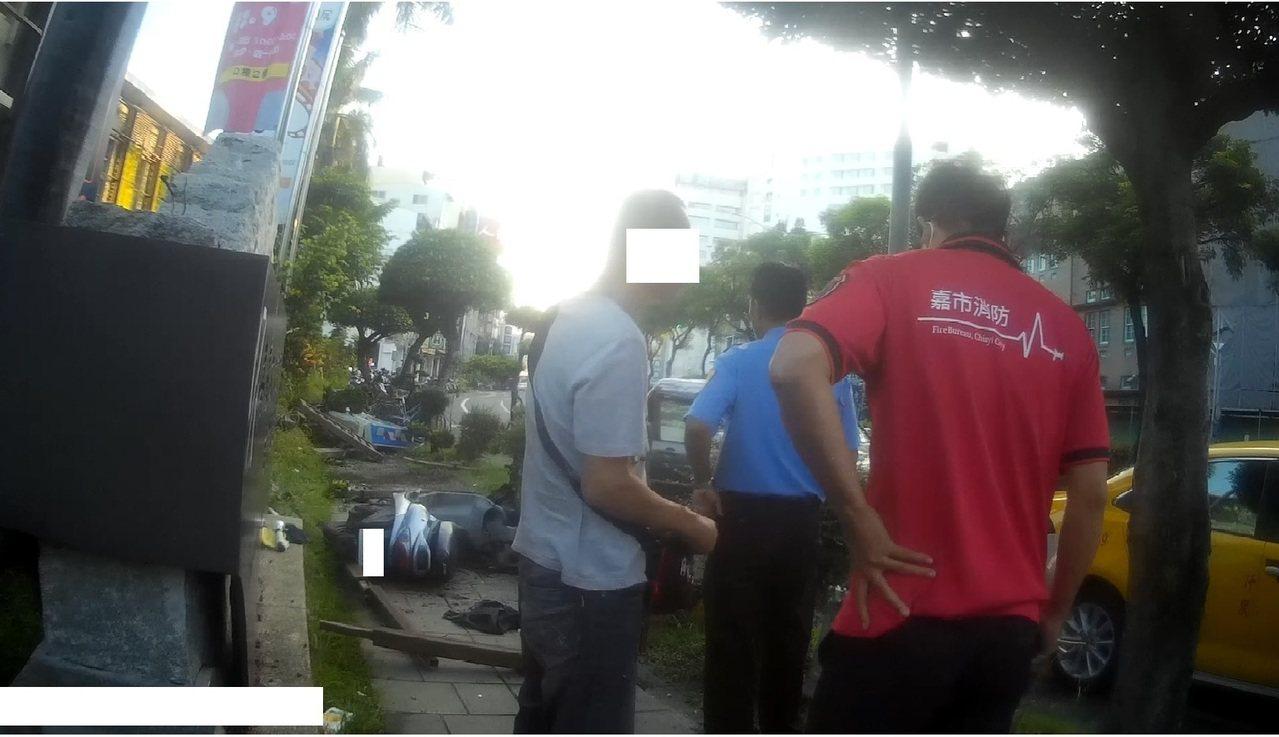 朱姓駕駛今早開車行經嘉義市中山路,疑因撿掉落在腳踏墊上的手機,不慎撞上路旁的行人...