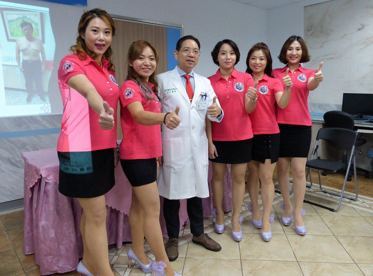 宏仁醫院副院長(中)與護理團隊共同協助病患順利減重與遠離糖尿病。記者凌筠婷/攝影