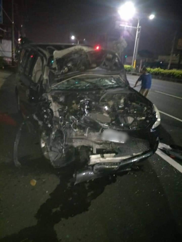 台中市梧棲區昨晚發生車禍,二車撞上,幾乎都成廢鐵,二車上的3人都沒受傷。圖/取自...