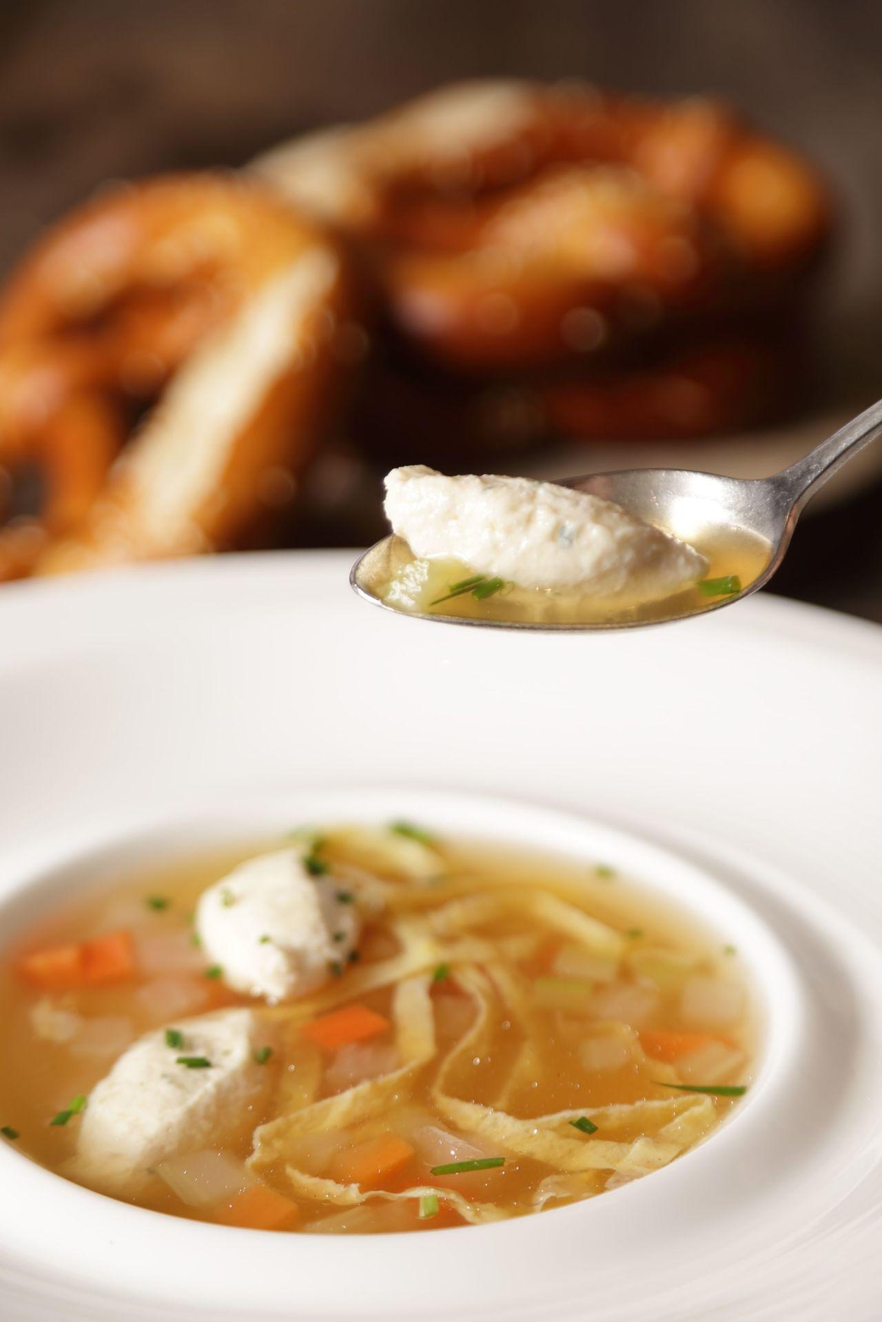 德國啤酒節的經典招牌菜「皇家婚禮湯」。圖/晶華酒店集團提供