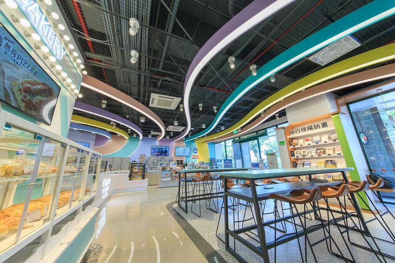 高雄愛河門市「Big7」坐落熱門觀光景點愛河旁,採用活潑明亮的設計。(照片提供:...