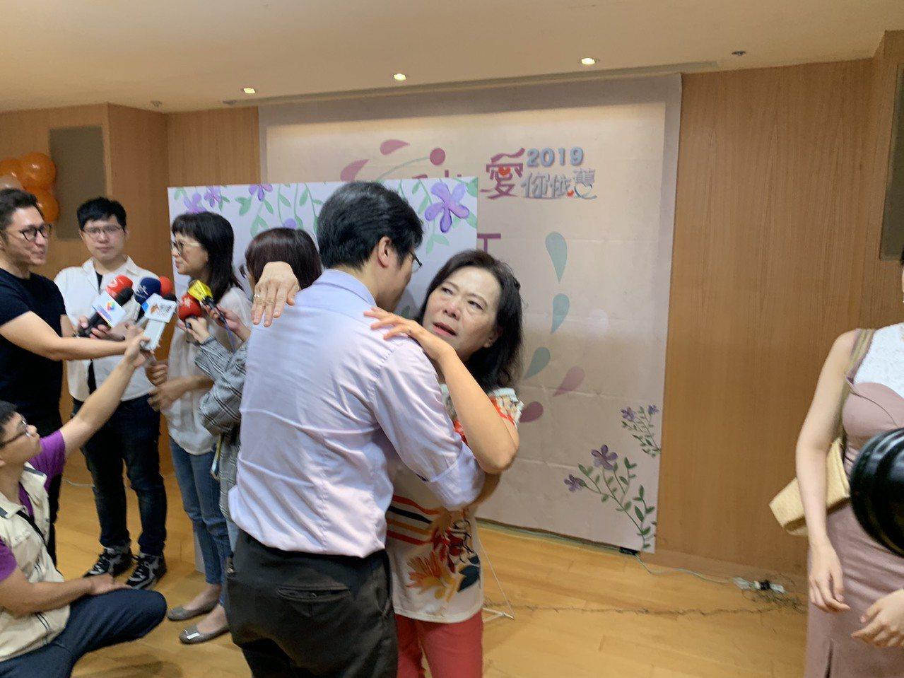 新莊國中教師曾麗娜(右)的郭宏嘉(左)突然現身分享會現場,逼得老師感動哭了。記者...