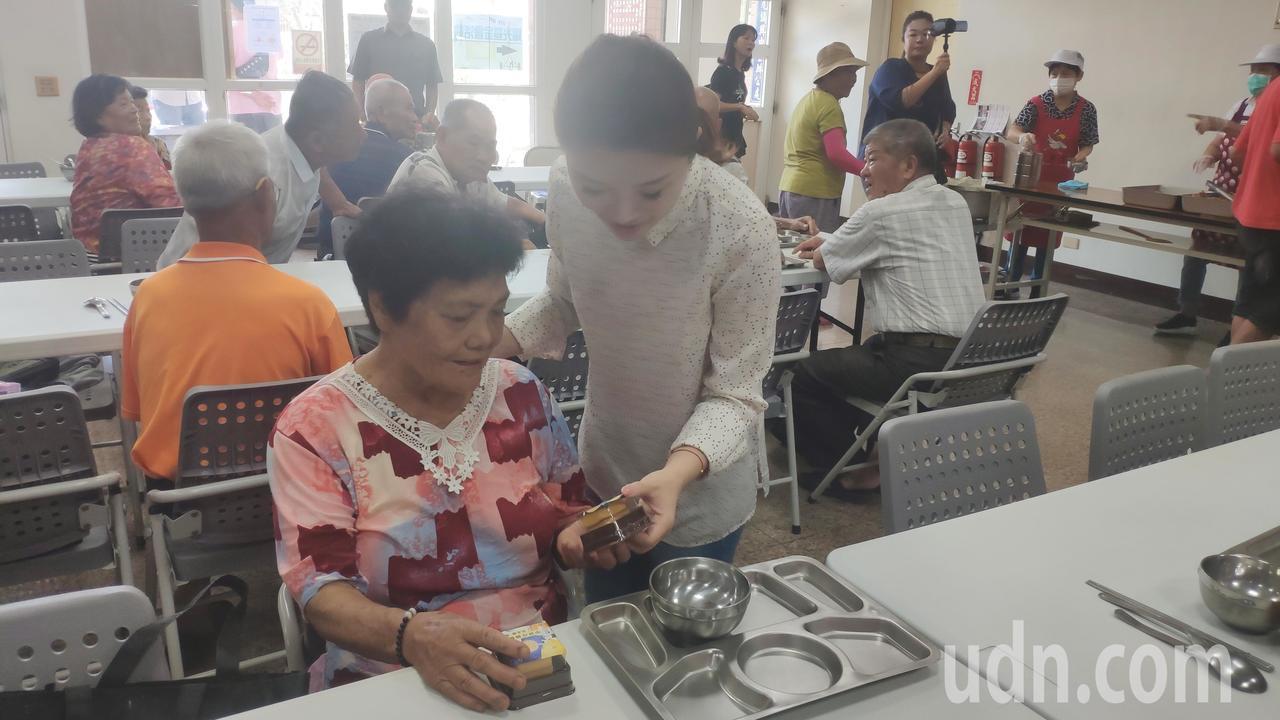 張嘉郡(右)逐一致贈月餅給長輩們。記者李京昇/攝影