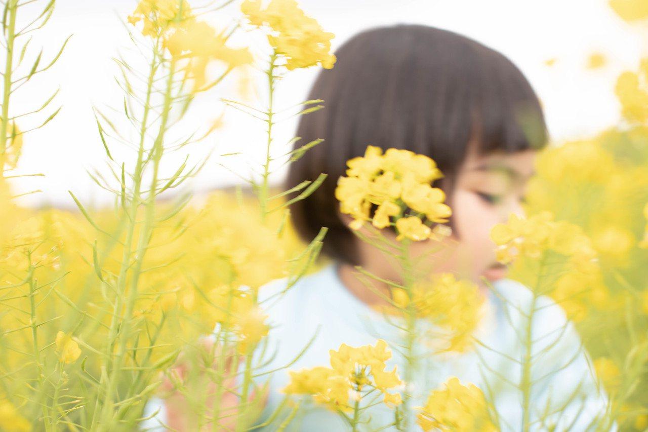 日本攝影師川內倫子女兒穿著Snap Cardigan入鏡。圖/agnès b.提...
