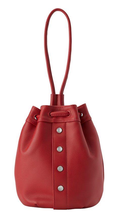 紅色皮革水桶包,7,580元。圖/agnès b.提供