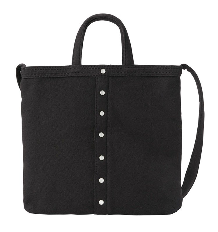 黑色厚棉布手提肩背兩用包,5,280元。圖/agnès b.提供